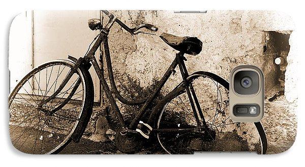Galaxy Case featuring the photograph La Bicicletta by Oscar Alvarez Jr
