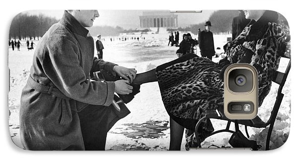 Lincoln Memorial Galaxy S7 Case - Man Lends A Helping Hand To Put On Skates by Underwood Archives