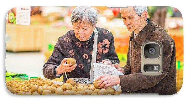 Senior Man And Woman Shopping Fruit Galaxy S7 Case