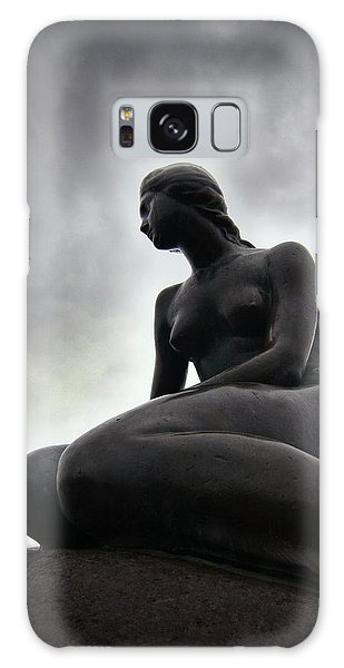 Woman Standing Strong Galaxy Case
