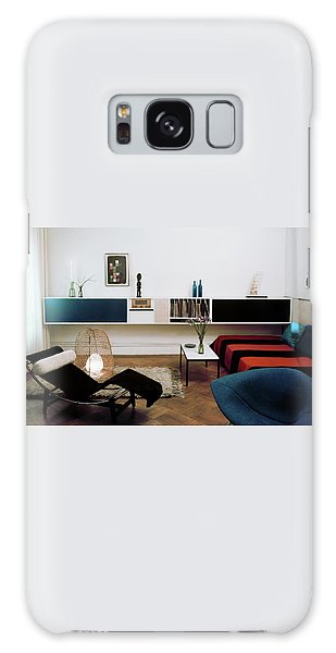 A Living Room With A Le Corbusier Chair Galaxy Case