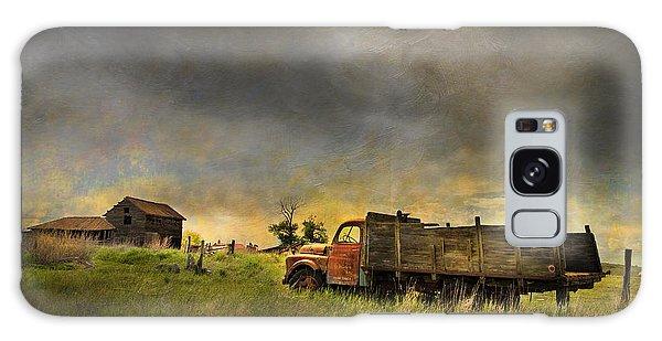 Fence Post Galaxy Case - Abandoned Farm Truck by Theresa Tahara