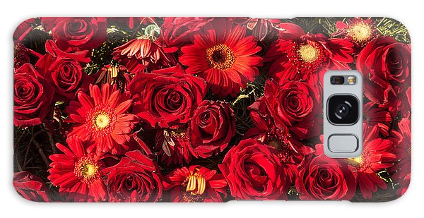 Background Of Red Roses And Daisies Galaxy Case