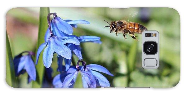 Honeybee In Flight Galaxy Case by Lucinda VanVleck