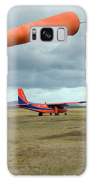 Islanders Galaxy Case - Light Aircraft On An Airfield by Steve Allen/science Photo Library
