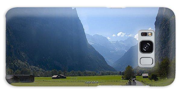 Swiss Hikers In Lauterbrunnen Switzerland Galaxy Case