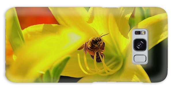 Bee On Yellow Lilly Galaxy Case