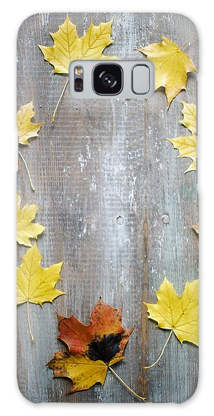 Circle Of Autumn Leaves On Weathered Wood Galaxy Case