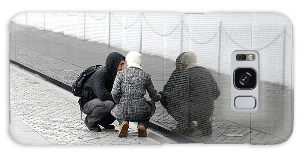 Couple At Vietnam Wall Galaxy Case