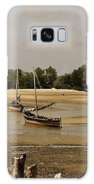 Exploramum Galaxy Case - Lamu Island - Wooden Fishing Dhows At Low Tide With Pier - Antique by Exploramum Exploramum