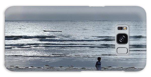 Morning Beach Walk On A Grey Day - Lone Dhow Galaxy Case