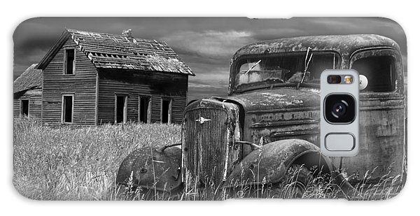 Old Vintage Pickup In Black And White By An Abandoned Farm House Galaxy Case
