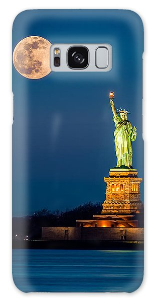 Statue Of Liberty And A Rising Supermoon In New York City Galaxy Case