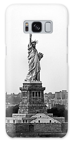 Statue Of Liberty Black And White Galaxy Case by Kristin Elmquist