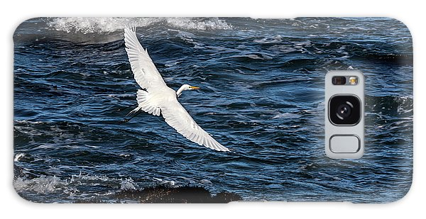 A Great Egret Soars Over Waves Galaxy Case