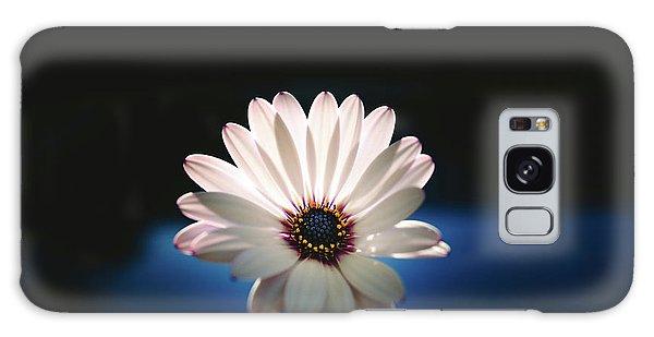 Beautiful And Delicate White Female Flower Dark Background Illum Galaxy Case