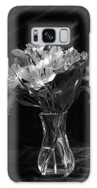 Dramatic Flowers-bw Galaxy Case