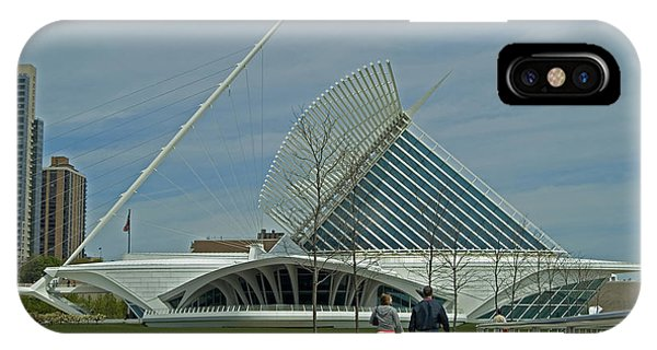 Couple In Front Of Milwaukee Art Museum Phone Case by Devinder Sangha