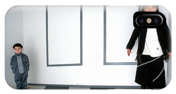 Visual Illusion iPhone Case - Optical Illusion Exhibit by Mauro Fermariello/science Photo Library