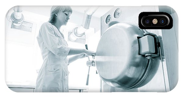 Pharmaceutical Worker Phone Case by Wladimir Bulgar/science Photo Library