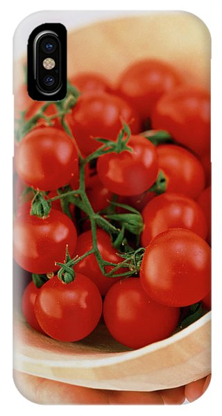 Vine Cherry Tomatoes Phone Case by William Lingwood/science Photo Library