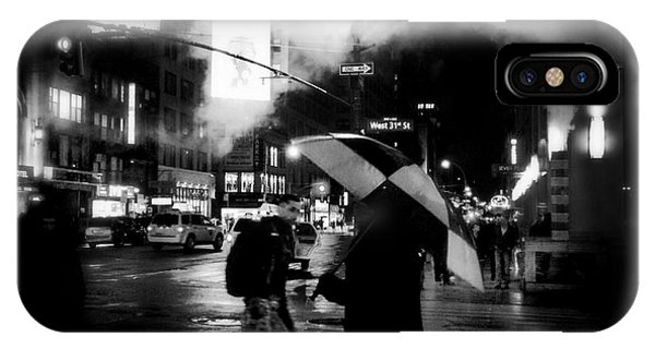 A Foggy Night In New York Town - Checkered Umbrella IPhone Case