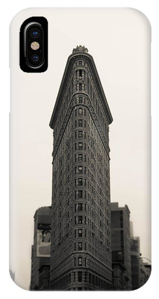 Mono iPhone Case - Flatiron Building - Nyc by Nicklas Gustafsson