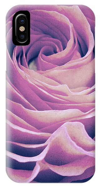 Le Petale De Rose Pourpre IPhone Case
