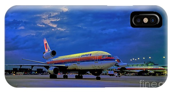 Dc10-30 Taxi Chicago Ohare Early Morning  521010057 IPhone Case