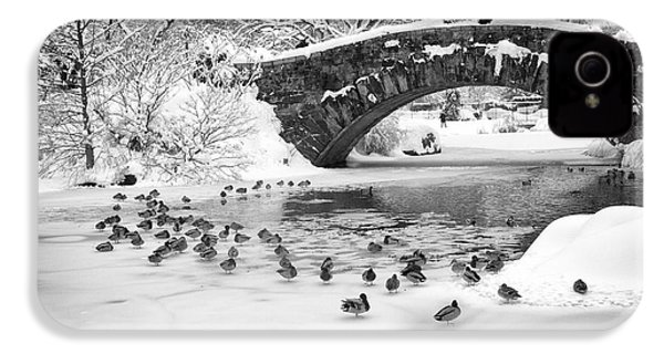 IPhone 4 Case featuring the photograph Gapstow Bridge In Snow by Dave Beckerman