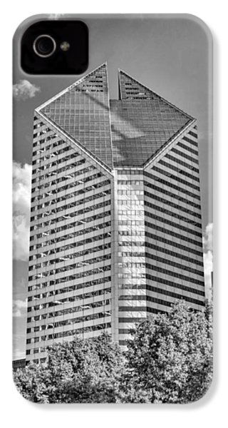 IPhone 4 Case featuring the photograph Chicago Smurfit-stone Building Black And White by Christopher Arndt