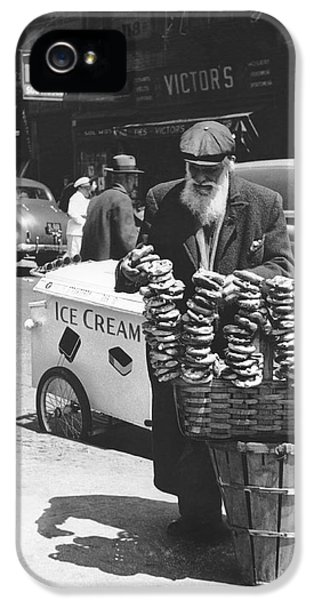 A Pretzel Vendor In New York IPhone 5 Case by Underwood Archives