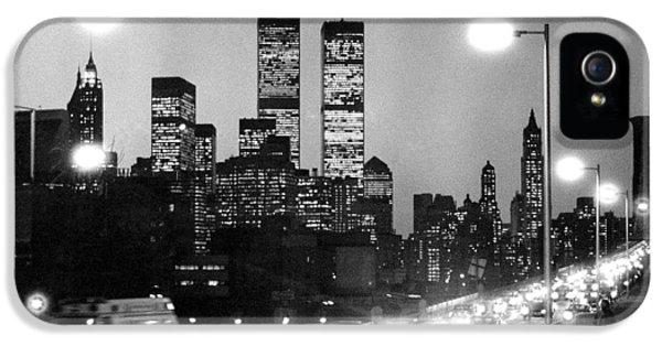 Brooklyn Bridge Traffic II Dusk 1980s IPhone 5 Case by Gary Eason