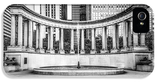 Chicago Millennium Monument In Black And White IPhone 5 Case by Paul Velgos