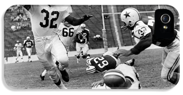 Jim Brown Running With The Ball IPhone 5 Case by Gianfranco Weiss