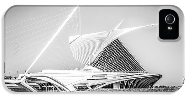 Milwaukee Art Museum Picture In Black And White IPhone 5 Case by Paul Velgos