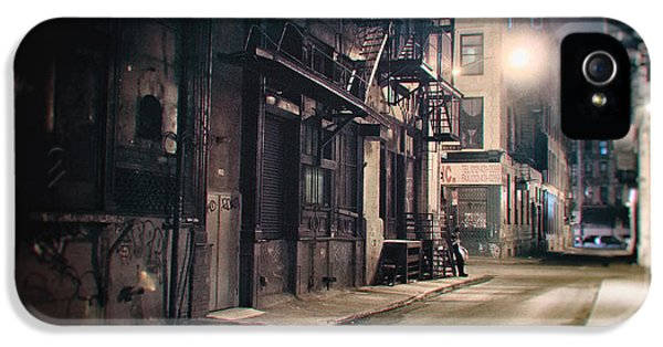 New York City Alley At Night IPhone 5 Case by Vivienne Gucwa