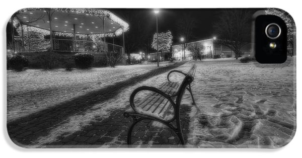Woodstock Square Xmas Eve Nite IPhone 5 / 5s Case by Sven Brogren