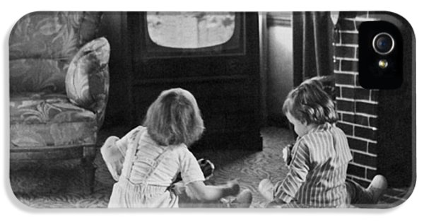 Young Children Watching Tv IPhone 5 Case by Underwood Archives