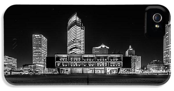 IPhone 5 Case featuring the photograph Milwaukee County War Memorial Center by Randy Scherkenbach