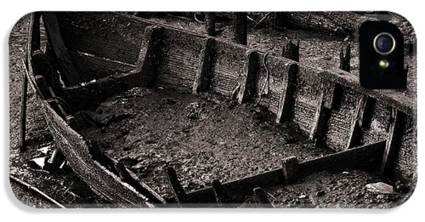 Boat Remains IPhone 5 / 5s Case by Carlos Caetano
