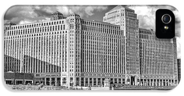 IPhone 5 Case featuring the photograph Chicago Merchandise Mart Black And White by Christopher Arndt