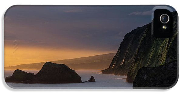 Helicopter iPhone 5 Case - Hawaii Sunrise At The Pololu Valley Lookout by Larry Marshall