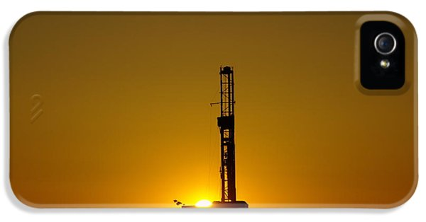 Killdeer iPhone 5 Case - Oil Rig Near Killdeer In The Morn by Jeff Swan