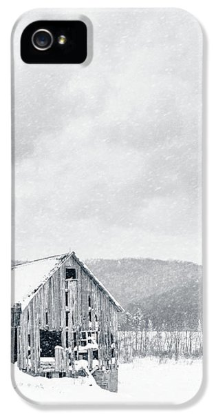 Etna iPhone 5 Case - Old Barn Snowstorm by Edward Fielding