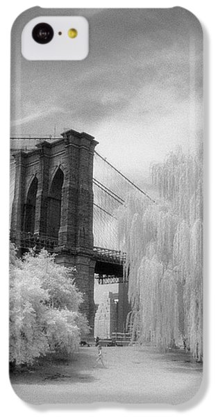 IPhone 5c Case featuring the photograph Brooklyn Bridge Willows by Dave Beckerman
