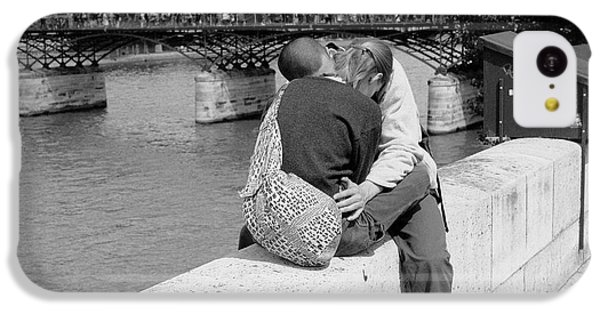 IPhone 5c Case featuring the photograph Embrace-paris by Dave Beckerman