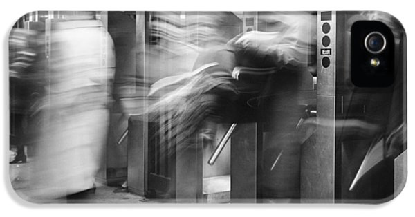 IPhone 5s Case featuring the photograph Blurred In Turnstile by Dave Beckerman