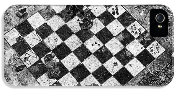 IPhone 5s Case featuring the photograph Chess Table In Rain by Dave Beckerman