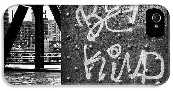 Architecture iPhone 5s Case - Be Kind Graffiti On A Chicago Bridge by Paul Velgos
